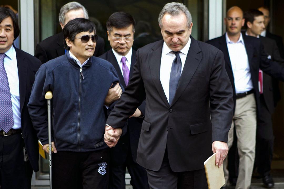 2012年5月2日,北京,時任美國亞太事務助卿坎貝爾(右)陪同失明維權律師陳光誠步出美國駐華大使館大樓。
