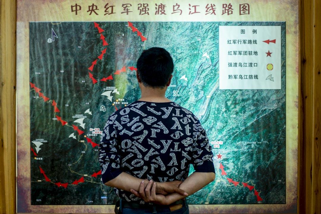 搞雕塑的小老闆、司機老王在觀看當年紅軍在烏江的渡江路線圖。