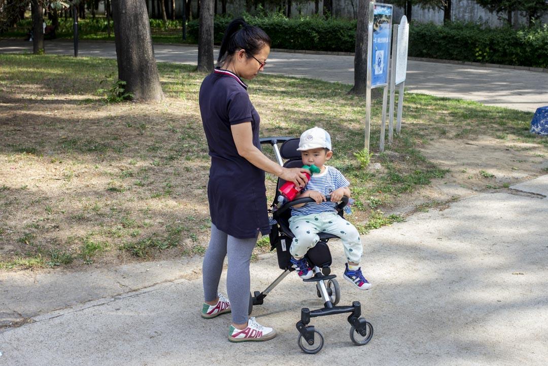 2021年6月1日,媽媽與兒子在北京興隆郊野公園。