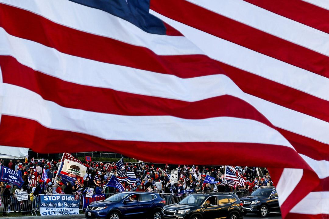 2020年11月7日,美國總統大選前夕,時任總統特朗普到加州比華利山拉票,支持者迎接。