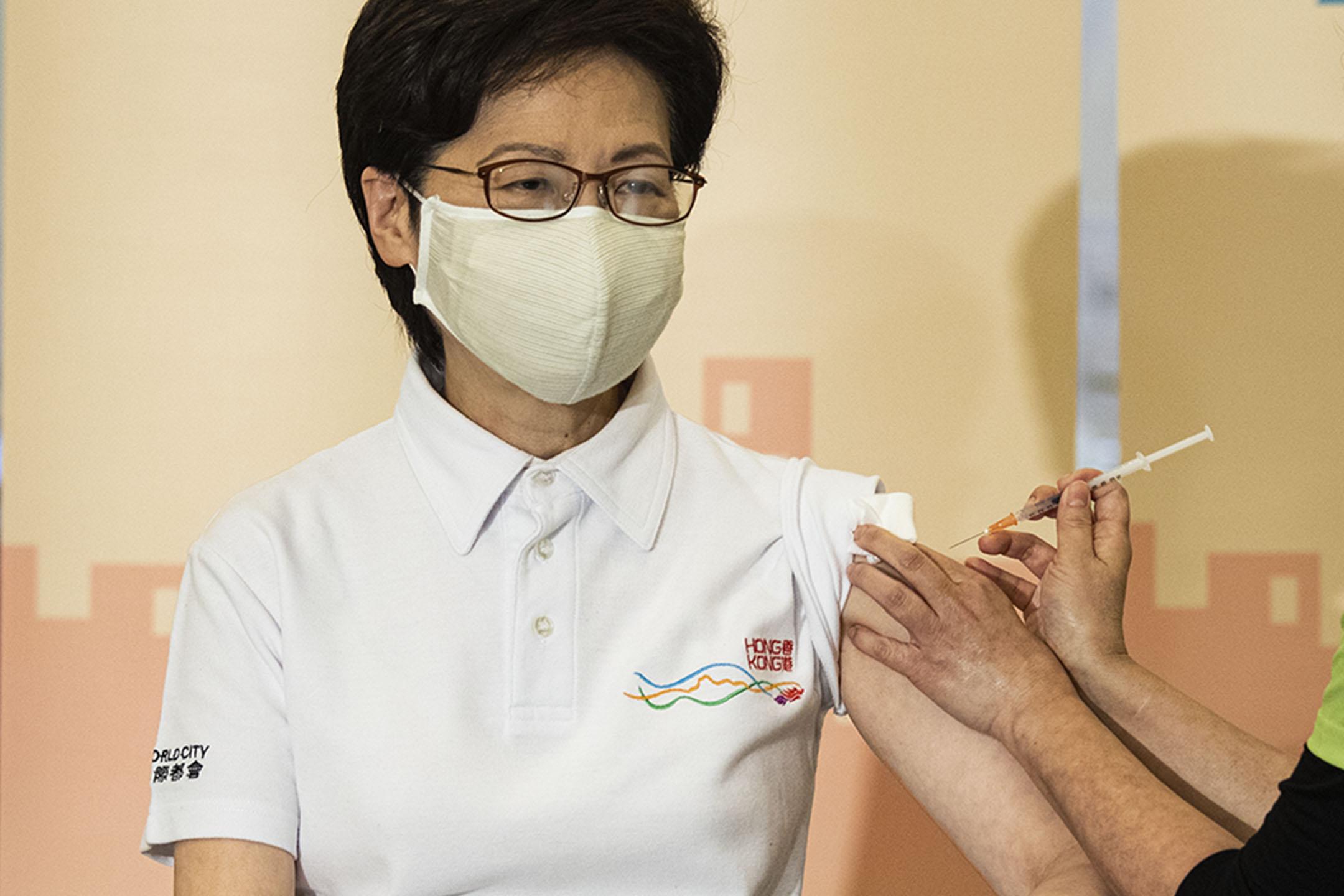 2021年2月22日,香港特首林鄭月娥接種中國科興疫苗。 攝:陳焯煇/端傳媒