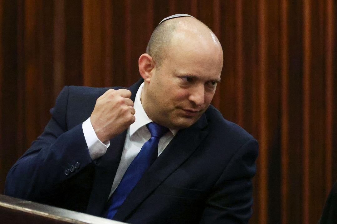 2021年6月2日,以色列「右傾黨」(Yamina)領導人貝內特(Naftali Bennett)在國會選舉總統期間作出手勢。 攝:Ronen Zvulun/AP Images