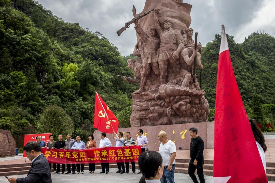 2021年5月29日,大烏江鎮,有團體正在參觀「突破烏江」紀念園,並向著巨型雕塑進行儀式,重温入黨誓詞。