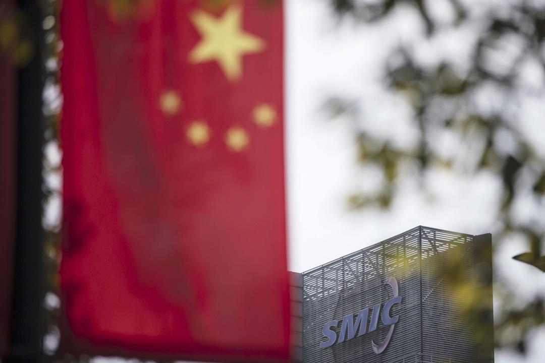 2021年3月23日,位於上海的中芯國際,大樓頂部的中國國旗。