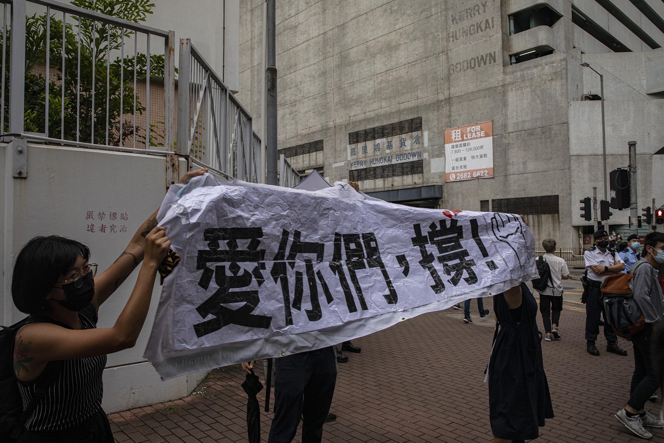 2021年6月1日西九龍裁判法院,支持者在法庭外送别被告的囚車。