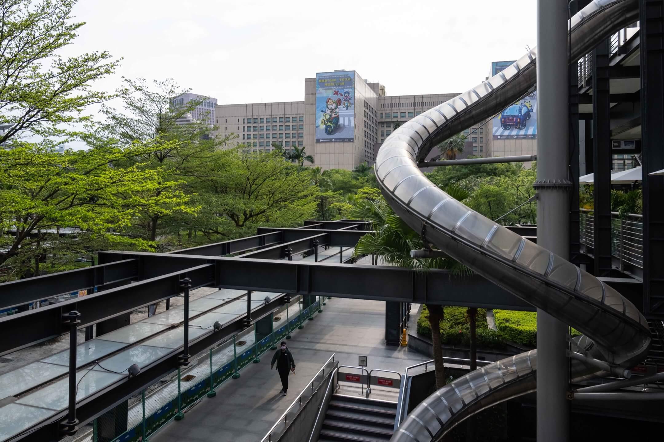 2021年5月17日,台北市,一位市民在行人天橋上走過。