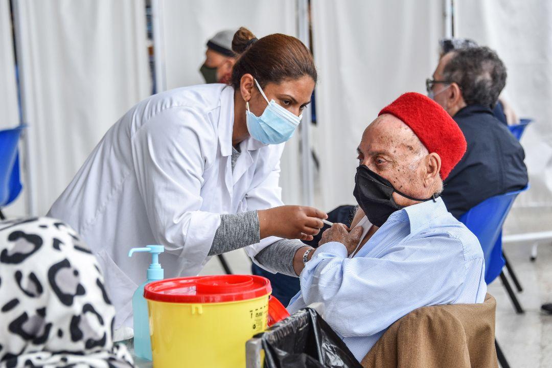 2021年5月3日,突尼斯,一位老人在體育館接受BioNTech-輝瑞疫苗接種。 攝:Jdidi wassim/Getty Images
