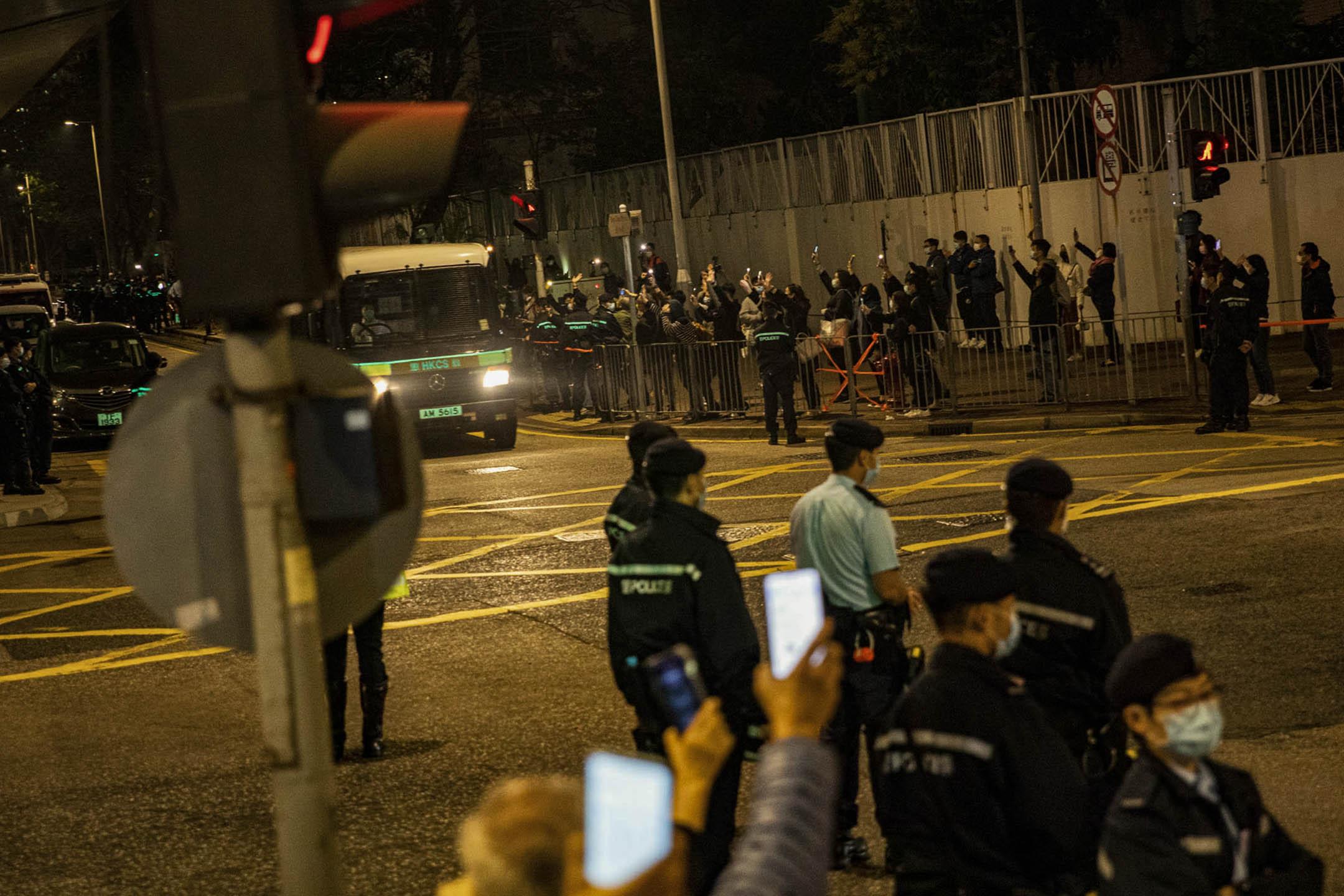 2021年3月4日西九龍裁判法院,大批市民在法院外送别囚車上的被告。