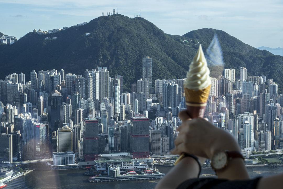 2020年6月30日,「港區國安法」經全國人大常委表決通過,從天際100觀景台俯瞰下的香港。 攝:林振東/端傳媒