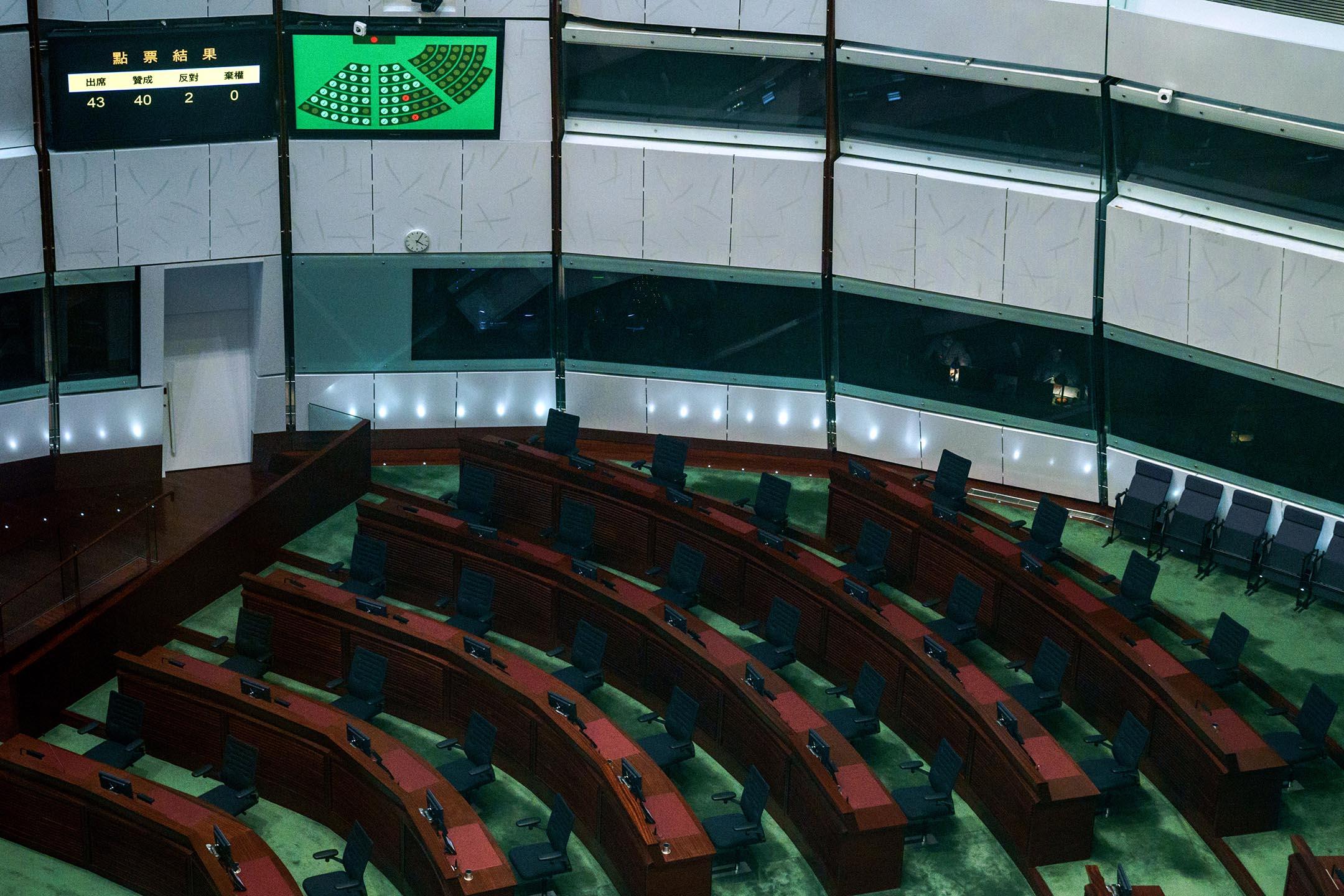 2021年5月27日香港立法會,民主派體辭職後,屏幕顯示修改香港選舉制度的動議的投票結果。