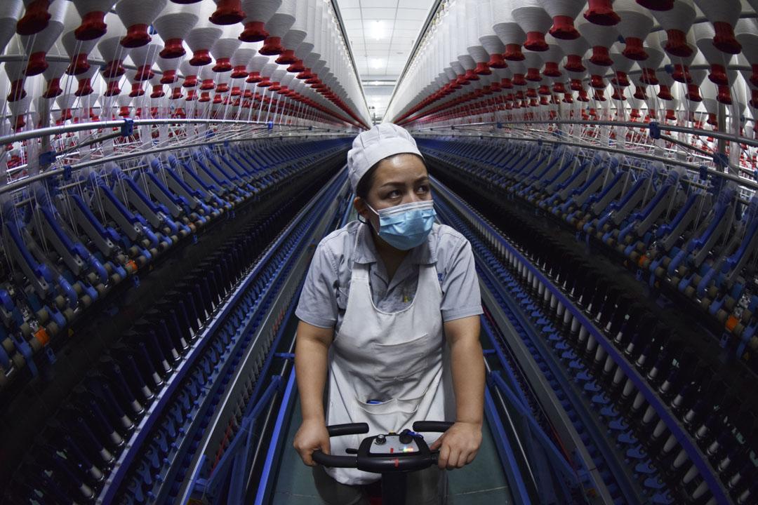 2021年2月12日,新疆維吾爾自治區一間棉紡織工廠的工作情況。