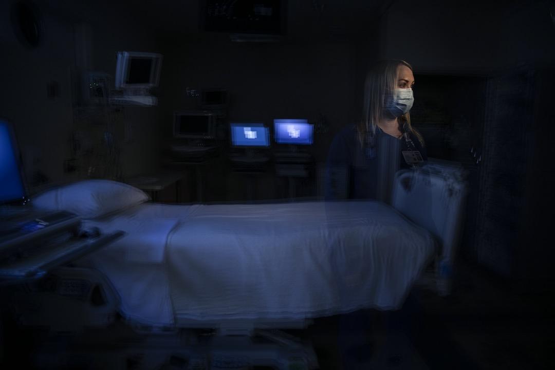 在深切治療部工作了五年的Jamie Corcoran,習慣了直睹死亡。她慣常的處理方法是保持距離。但面對新冠病毒,她無法抽離。