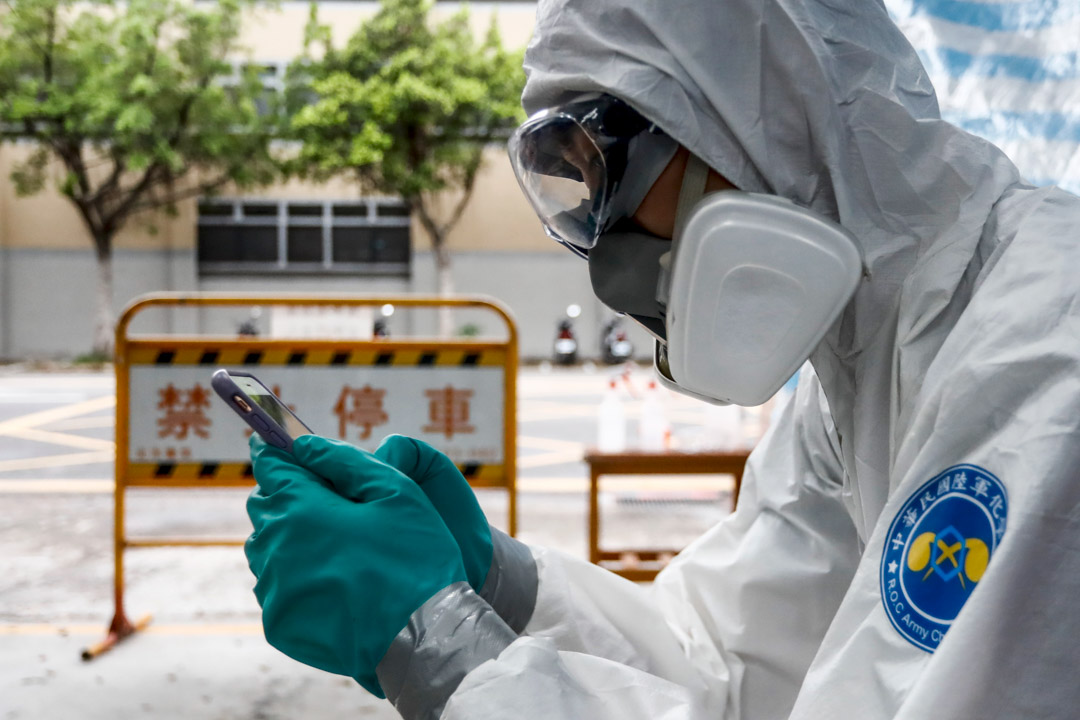 2021年5月29日,台北一名消毒化學兵在消防站準備消毒前給家人發短信。