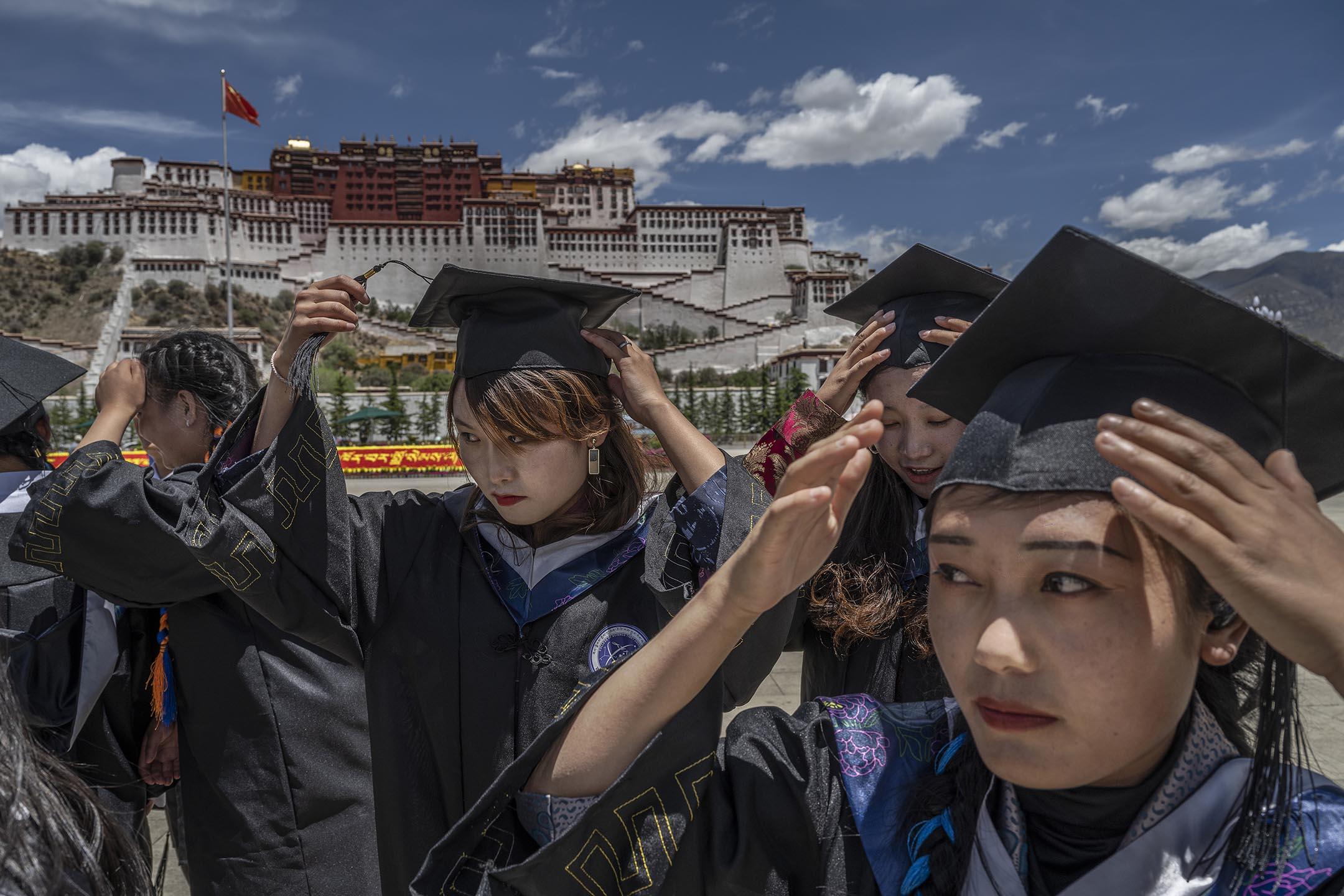 2021年6月1 日中國拉薩,西藏大學畢業生在布達拉宮前拍照。