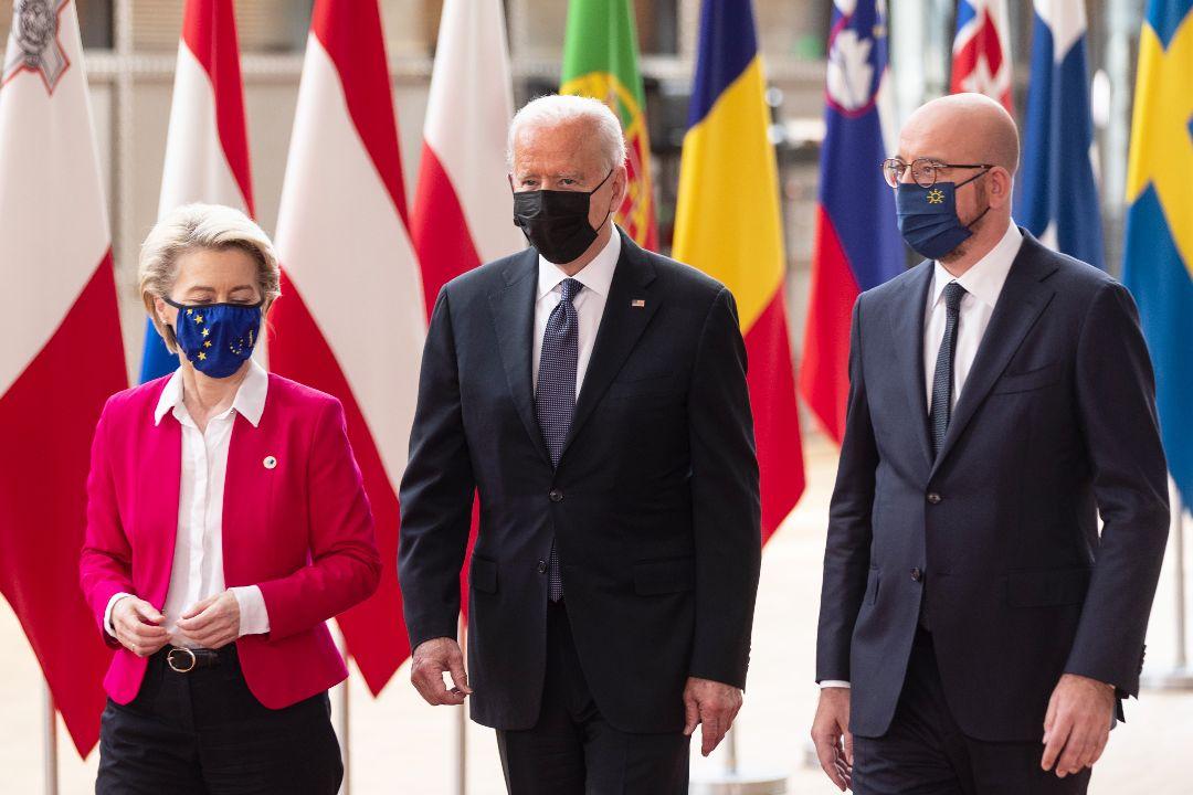 2021年6月15日,比利時布魯塞爾,歐盟委員會主席馮德萊恩(左)、美國總統拜登(中)和歐洲理事會主席米歇爾舉行峰會。 攝:Thierry Monasse/Getty Images
