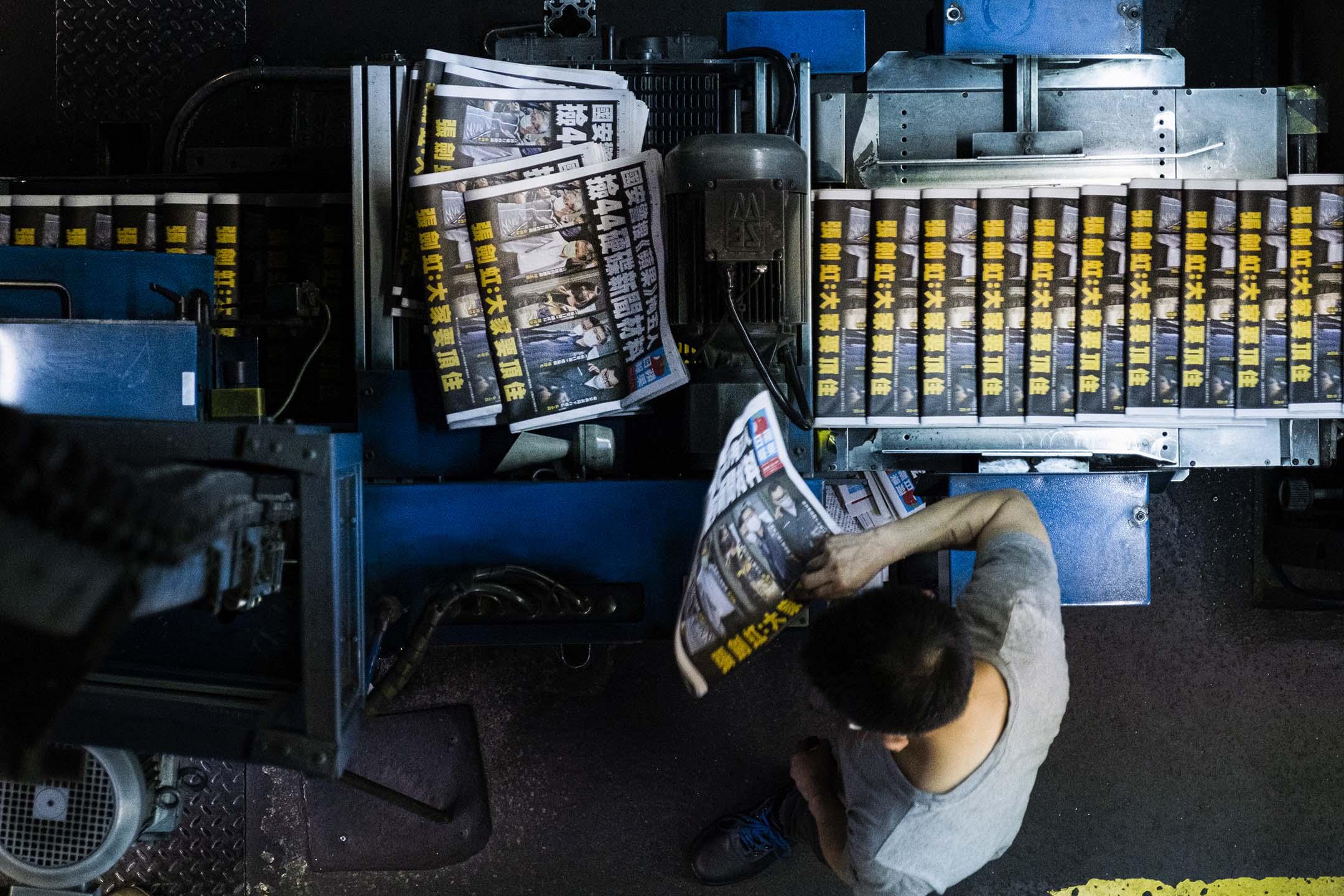 2021年6月18日將軍澳蘋果大廈,印刷中的《蘋果日報》。 攝:陳焯煇/端傳媒