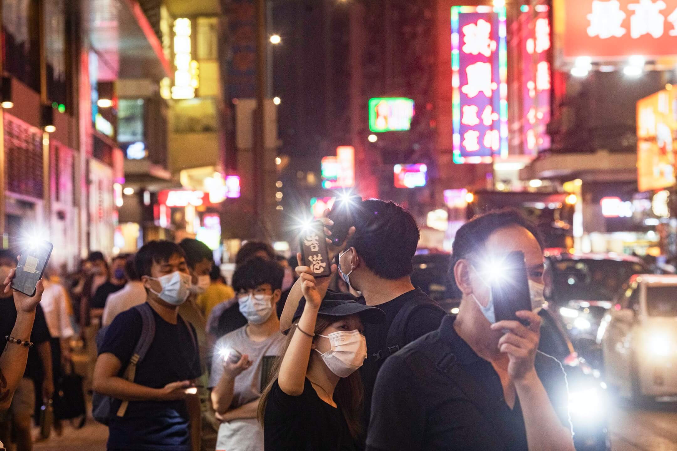 2021年6月4日,市民在旺角街頭舉起手機燈,悼念六四事件。