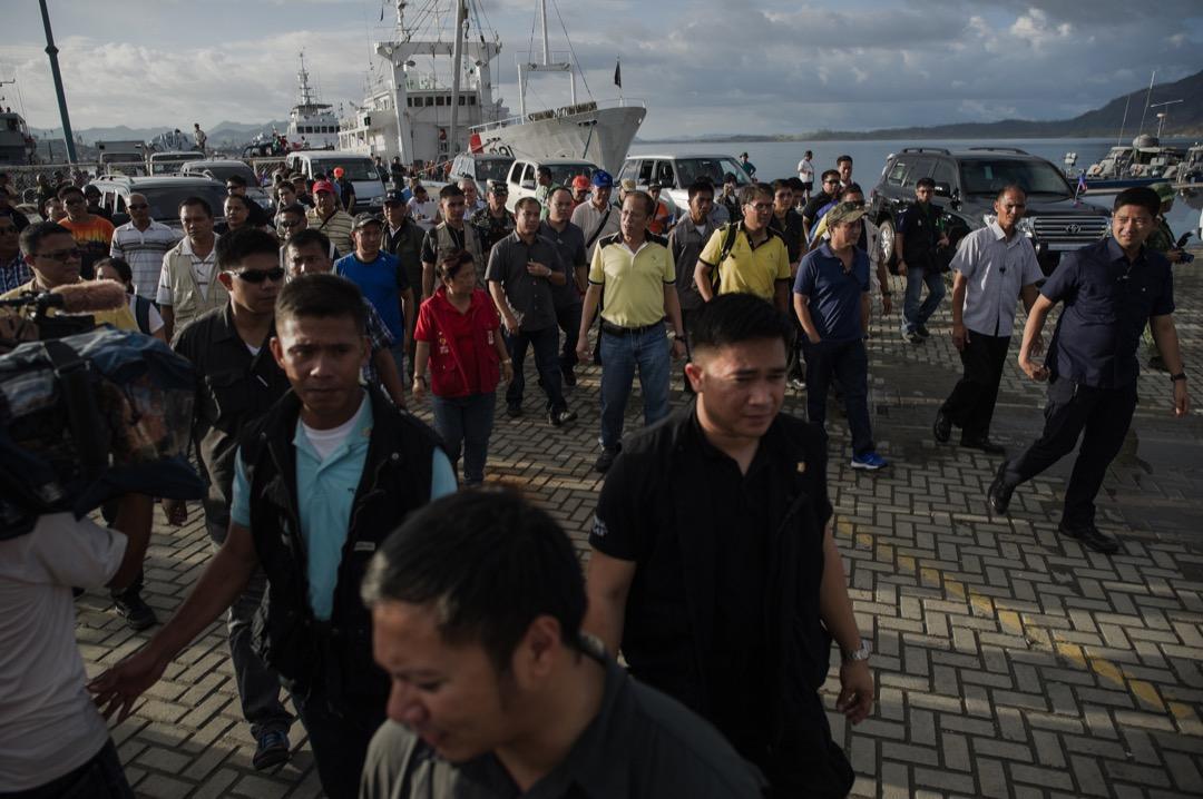 2013年11月17日,颱風海燕吹襲菲律賓,時任總統艾奎諾三世到獨魯萬市海軍港口視察救援物質運送情況。