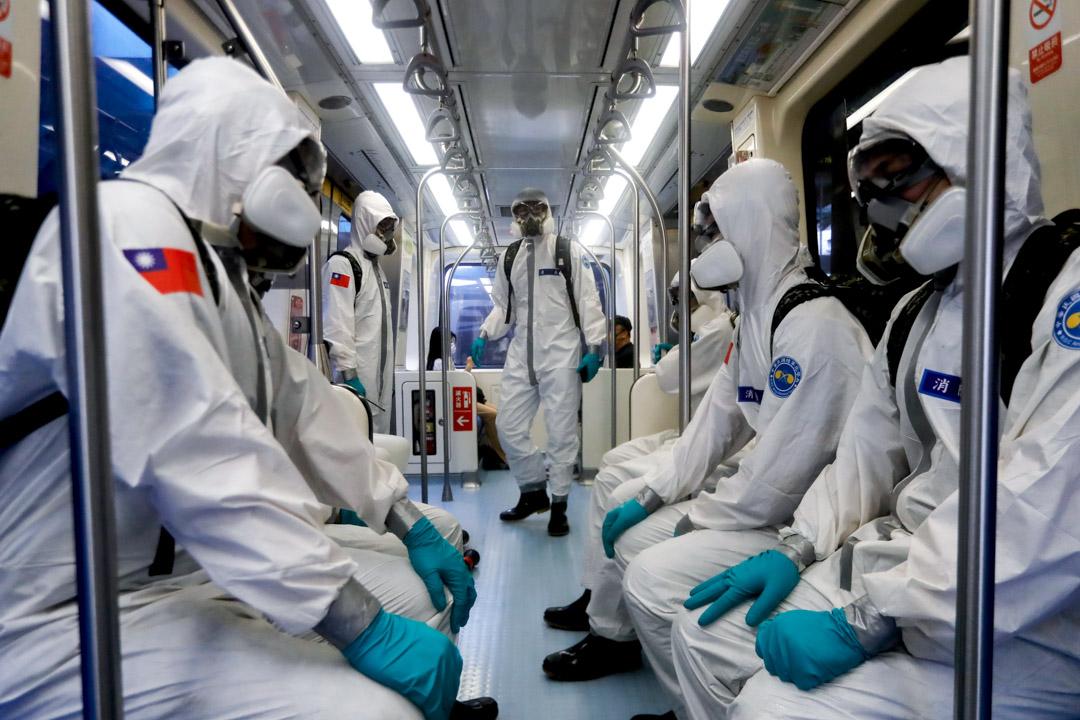 2021年5月31日台灣台北,化學部隊在捷運進行消毒。