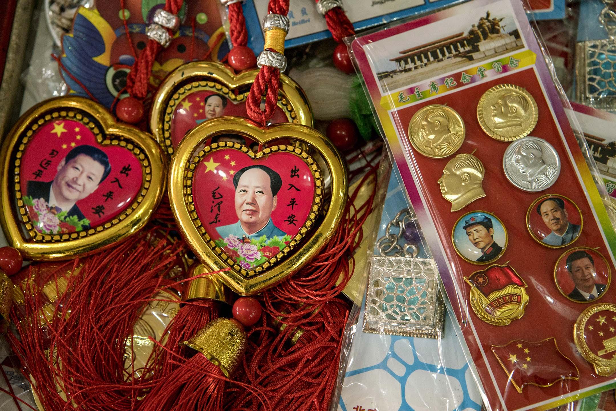 2018年2月29日北京,中國國家主席習近平(左)和中國前領導人毛澤東的肖像紀念品。  攝:Giulia Marchi/Bloomberg via Getty Images