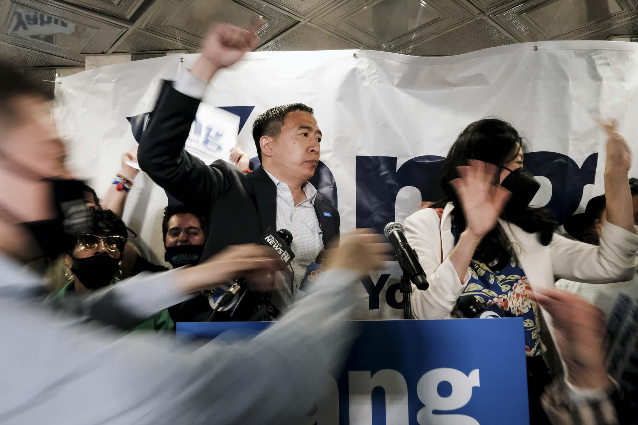 2021年6月1日紐約,紐約市市長候選人楊安澤與他的妻子盧艾玲於新競選辦公室開幕時與支持者交談。 攝:Spencer Platt/Getty Images