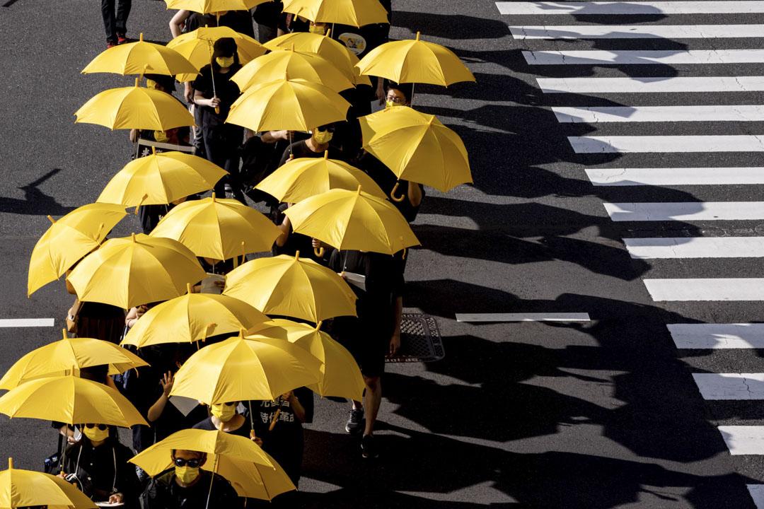 2021年6月12日,日本東京,在日港人和當地市民於6.12 衝突兩周年的時候在東京發起遊行,遊行人士撐起黃傘橫過馬路。