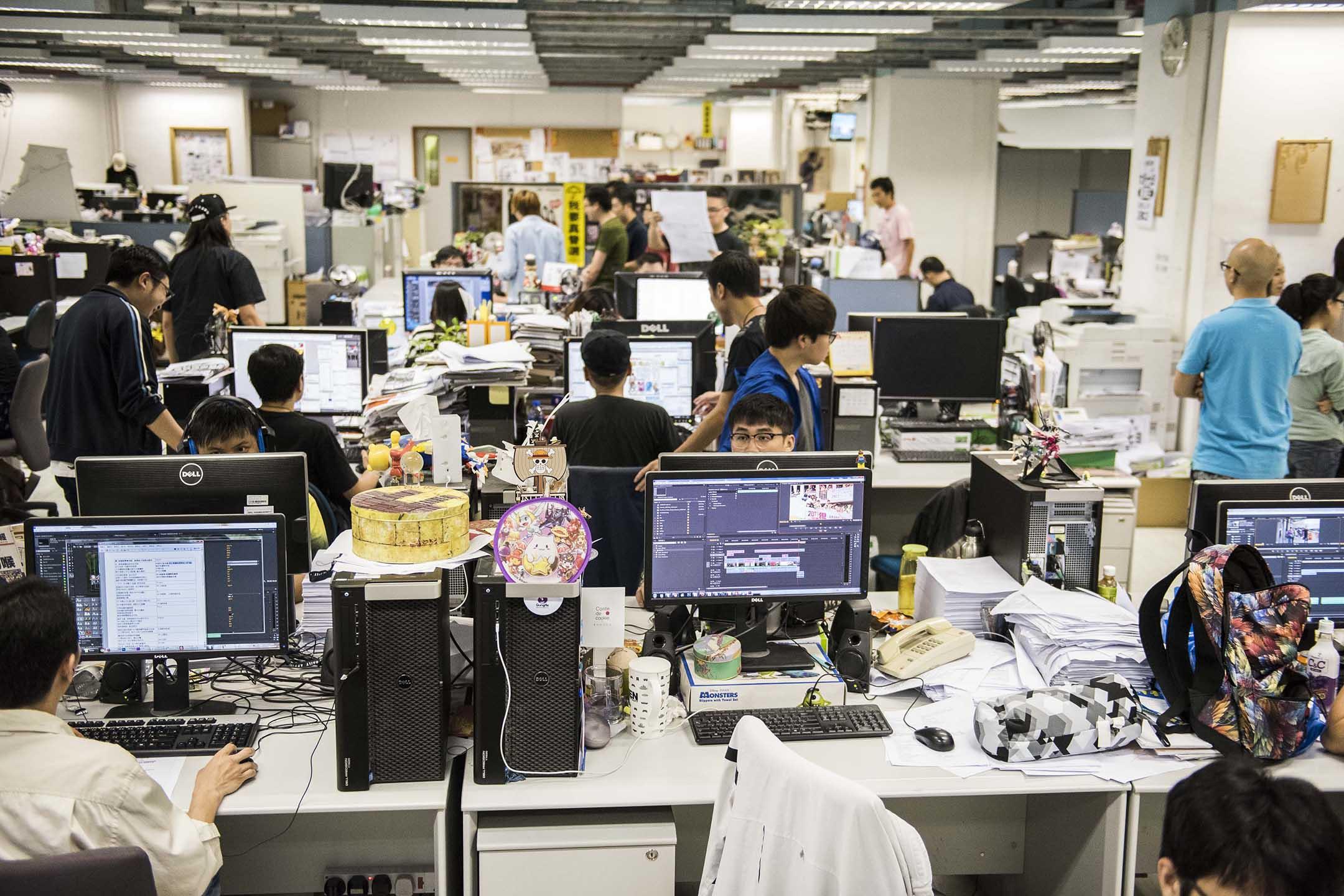 2015年6月16日將軍澳,壹傳媒的員工於蘋果日報的編輯部工作。