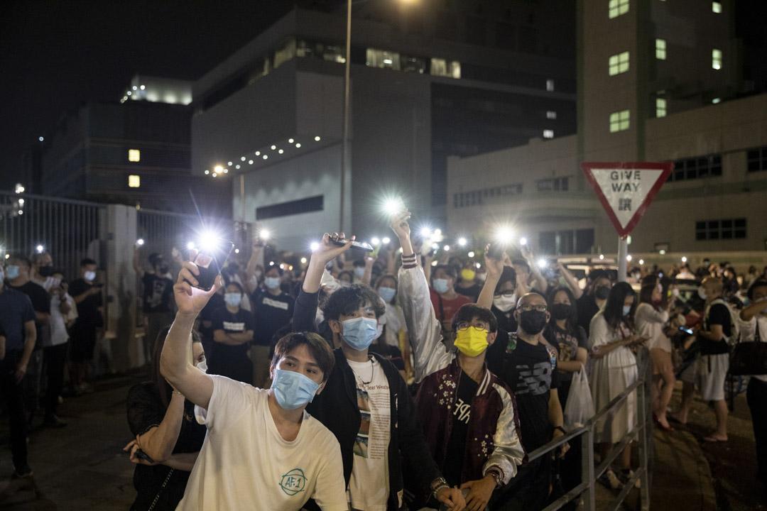 2021年6月23日,數百人到蘋果日報大樓外冒雨聲援並揮動手機燈。