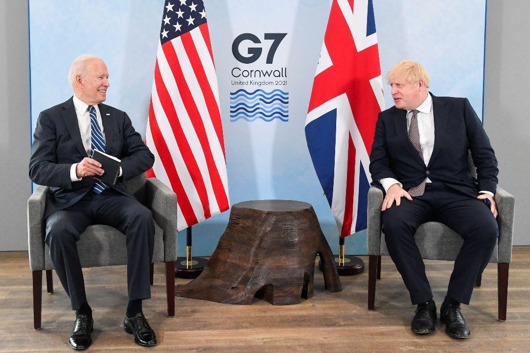 2021年6月10日,英國卡比斯灣(Carbis Bay),美國總統拜登與英國首相約翰遜會晤。 攝:Toby Melville/Getty Images