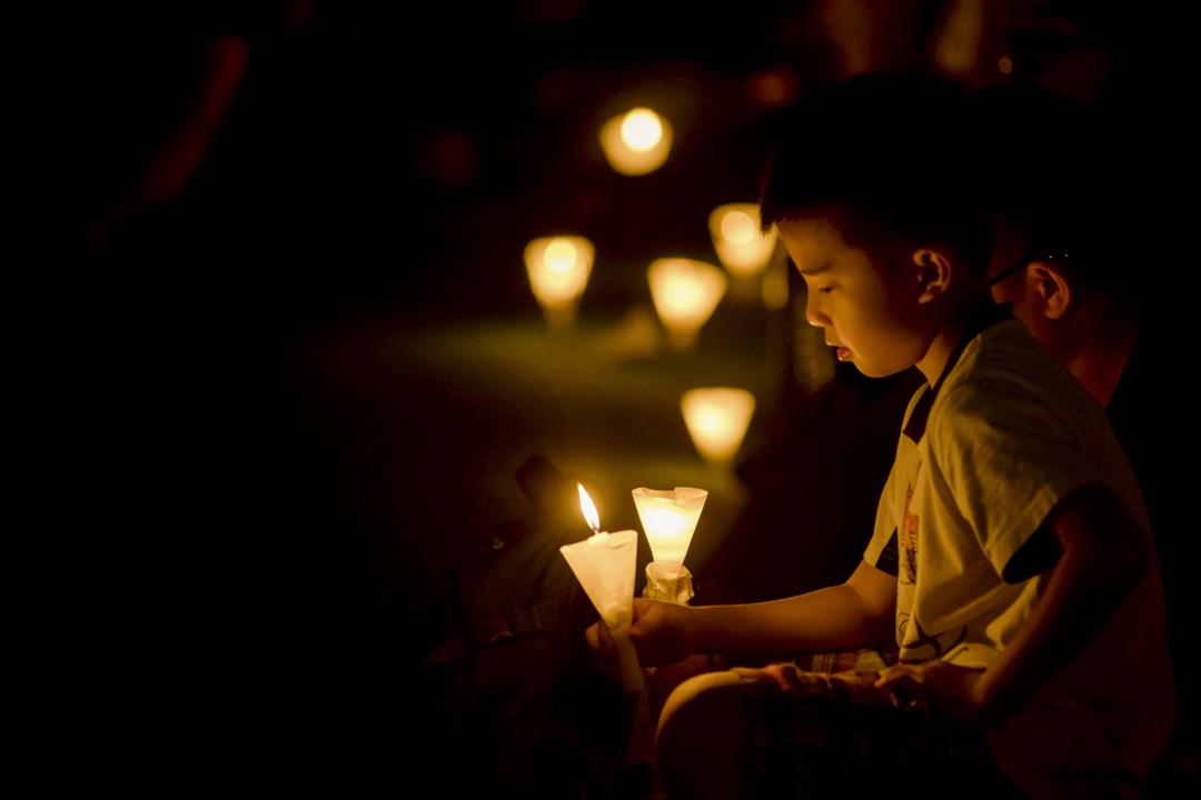 2017年6月4日,維園六四燭光晚會主題為「平反六四 結束專政」,其中一名小孩手持燭光。