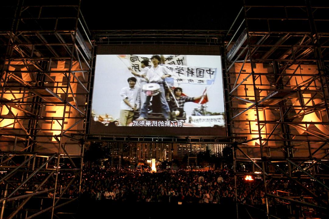 2009年6月4日,六四事件的二十週年,維園燭光晚會的口號是「毋忘六四.繼承英烈志,薪火相傳.接好民主棒」。支聯會公佈入場參與人數是歷年新高的15萬人。