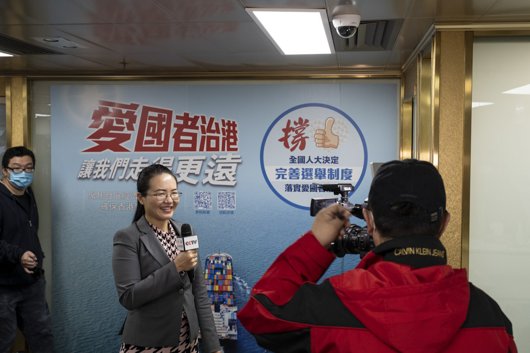 2021年3月11日﹐香港各界「撐全國人大決定完善選舉制度」連線成立記者會上,一名記者作現場報導。