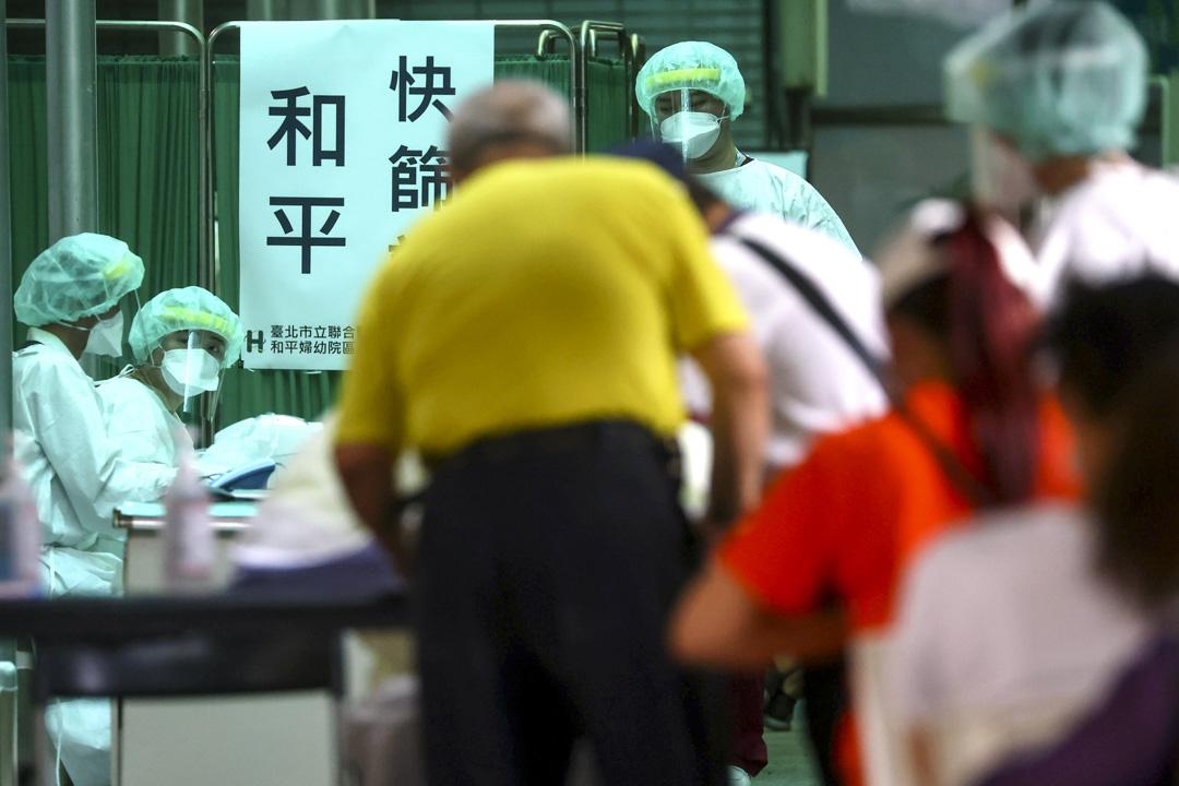 2021年5月17日台灣台北市,市民註冊接受快速的病毒檢測。