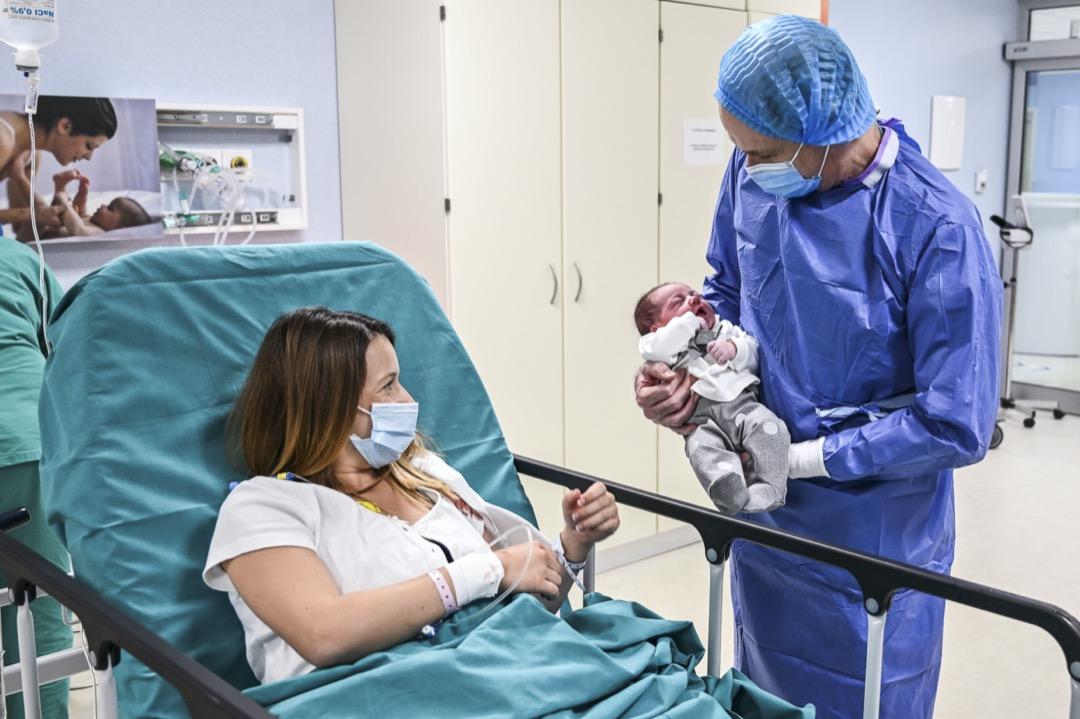 2020年5月18日,意大利卡塔尼亞,一位媽媽望著剛出生的嬰兒。