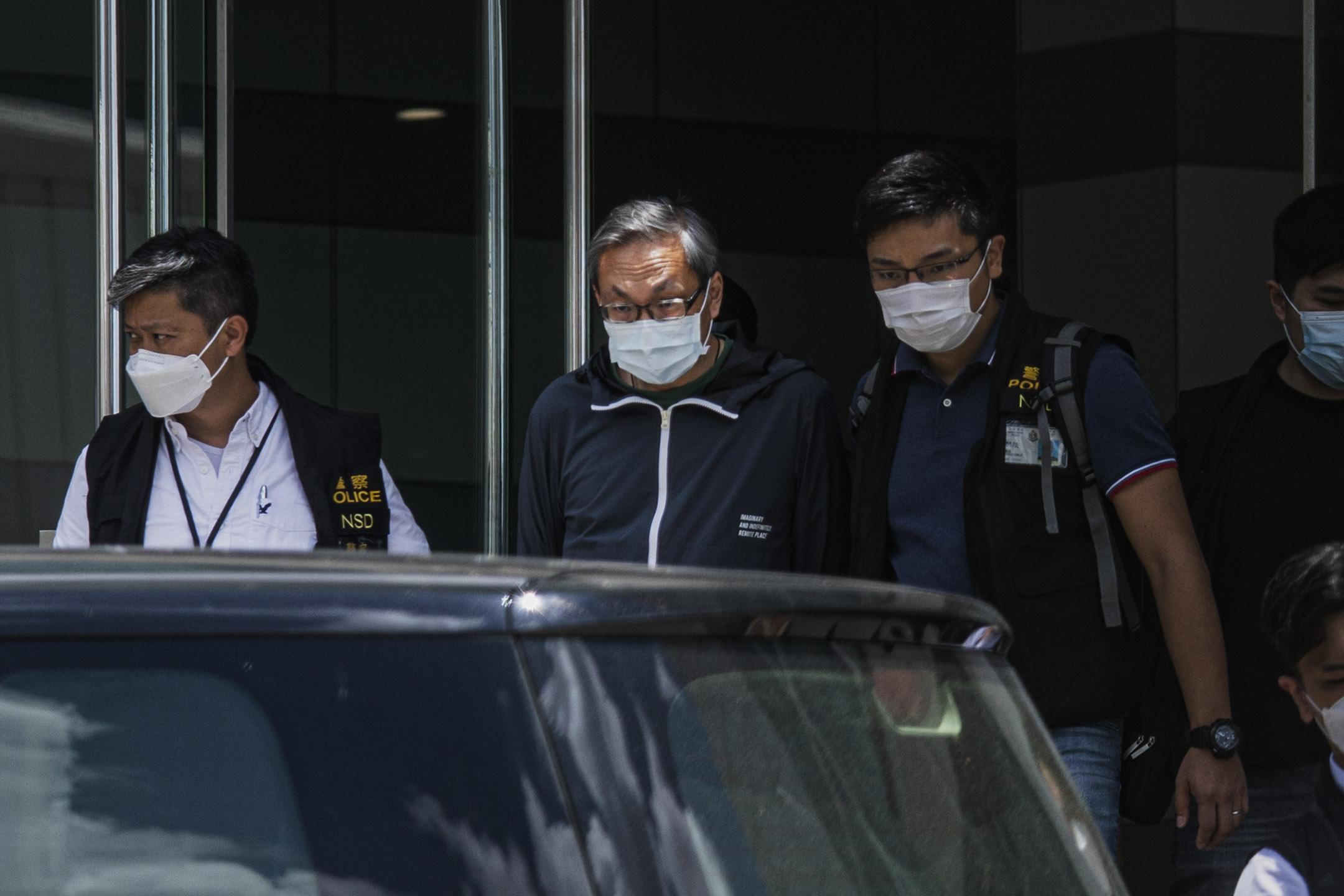 2021年6月17日將軍澳,壹傳媒集團行政總裁張劍虹被捕後被帶往蘋果大樓。 攝:陳焯煇/端傳媒