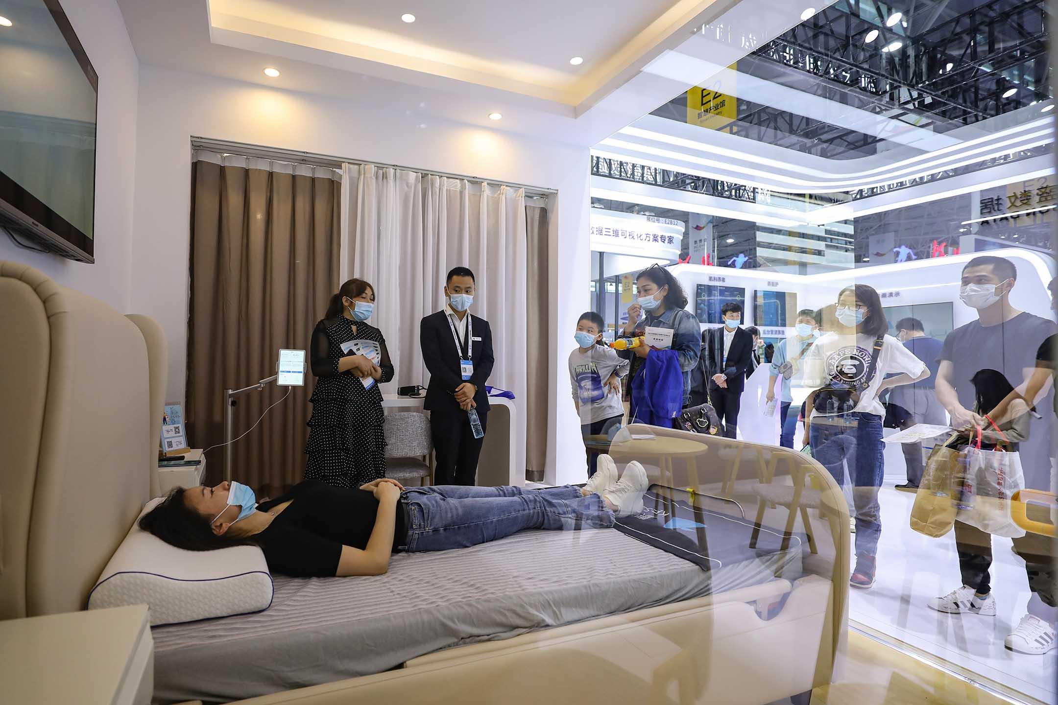 2021年5月27日中國貴陽,中國國際大數據產業博覽會期間,一名市民躺在床上。 攝:Qu Honglun/China News Service via Getty Images