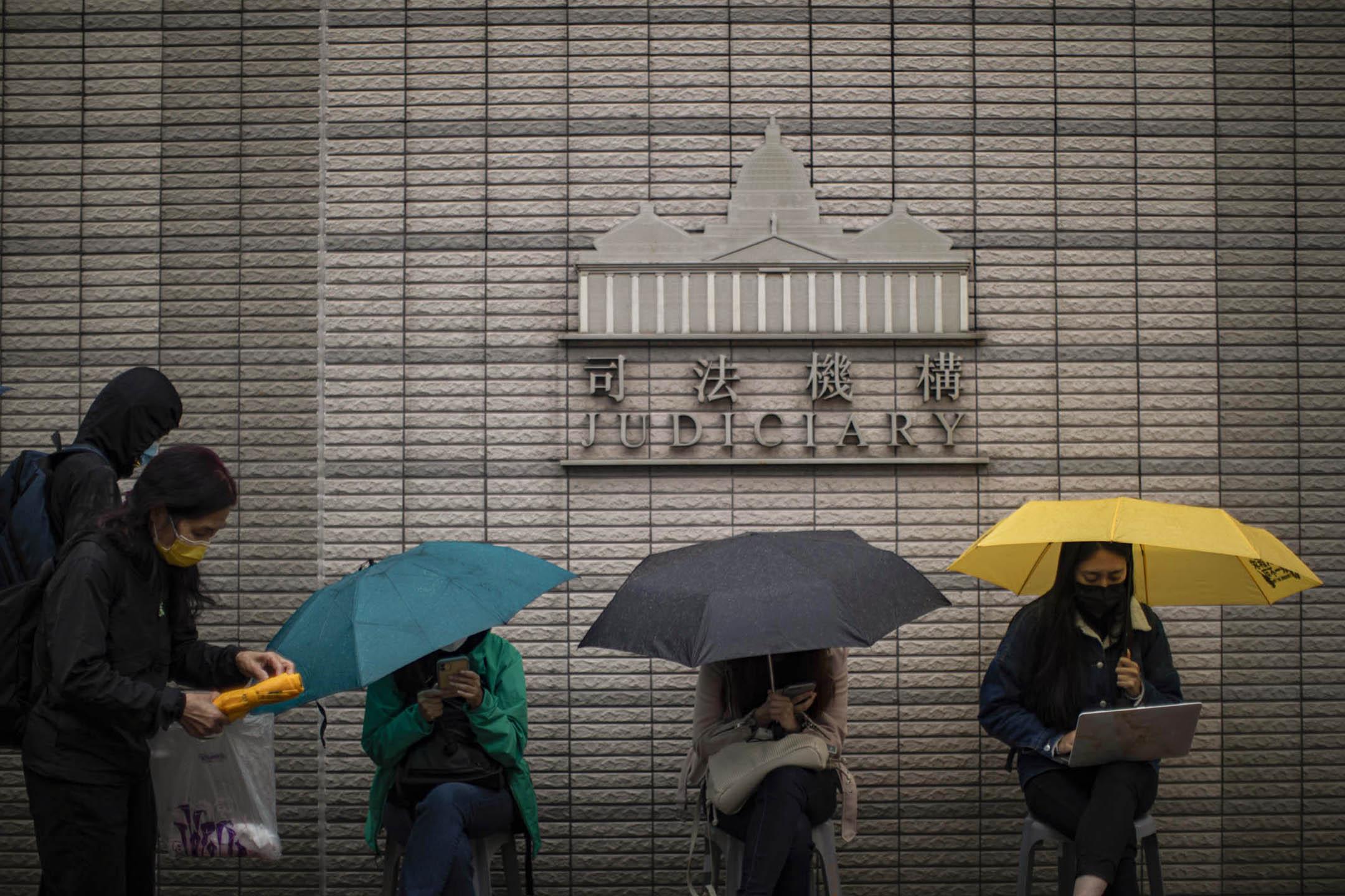 2021年3月3日西九龍裁判法院外,市民排隊進法庭聽審。