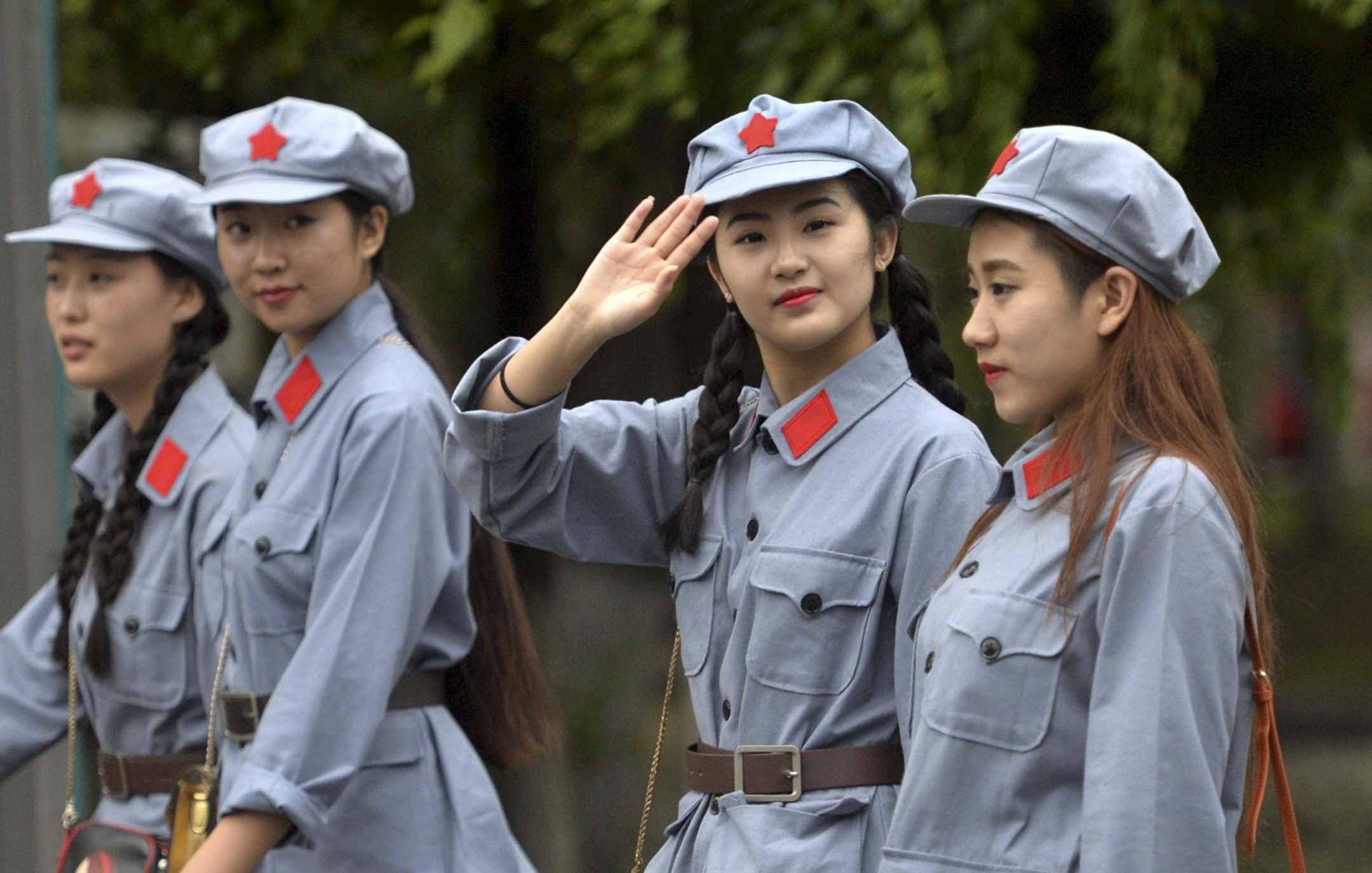 2016年6月29日,瀋陽舉行的慶祝中國共產黨成立 95 週年的表演,身著紅軍服裝的大學生。