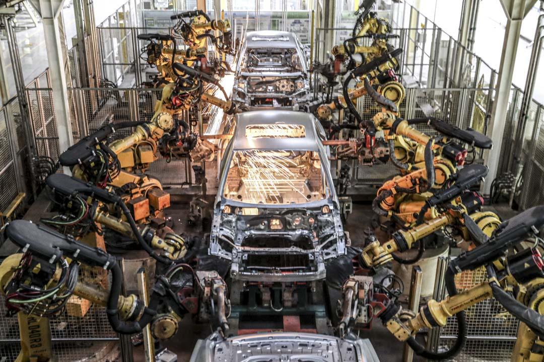 2020年12月18日,遼寧省瀋陽市的汽車工廠,機器人手臂在車輛裝配線上運行工作。 攝:VCG/VCG via Getty Images
