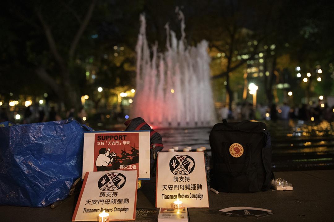 2020年6月4日在香港,有市民悼念「六四事件」週年,展示支持「天安門母親」的海報標語。 攝:Simon Jankowski / NurPhoto via Getty Images