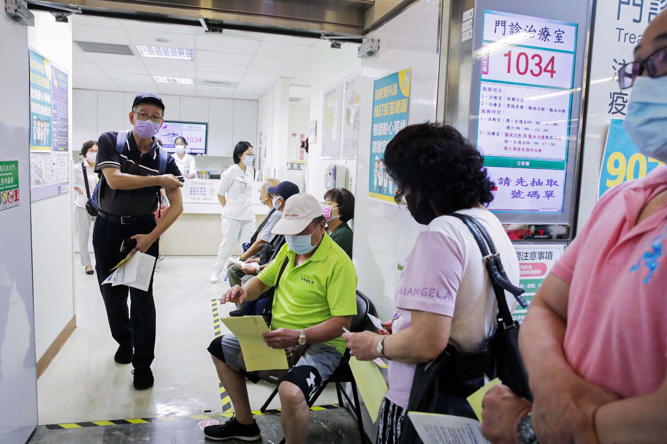 2021年5月13日台灣新北市,人們在醫院設立的疫苗接種中心排隊等候。 攝: I-Hwa Cheng/Bloomberg via Getty Images