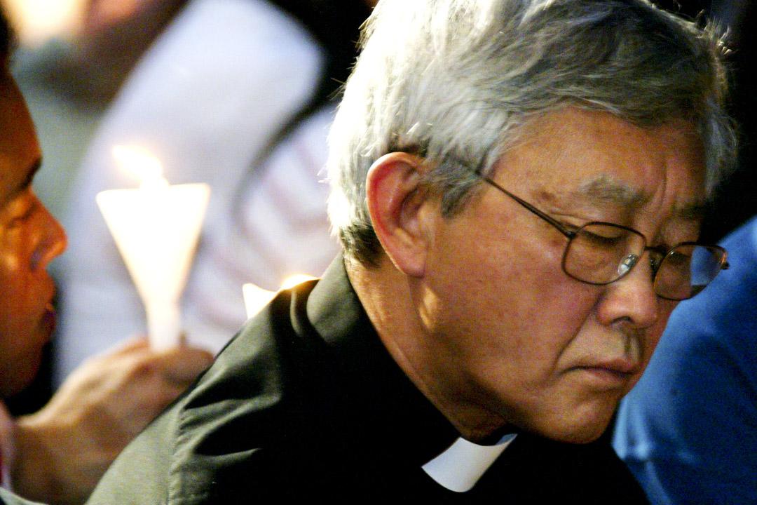 2003年6月4日,時任天主教香港教區主教陳日君參加維園燭光晚會。