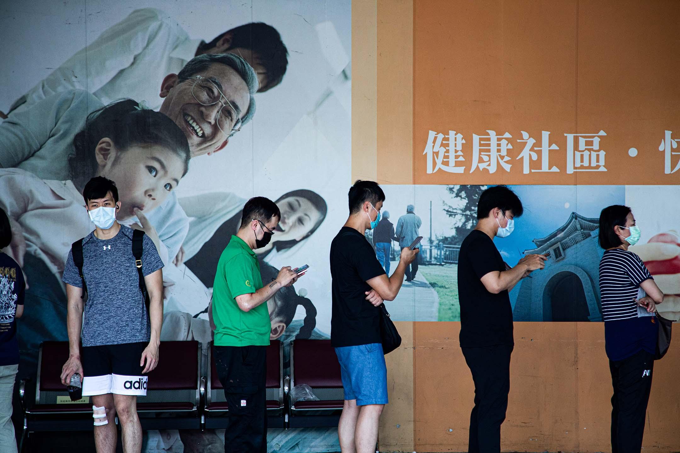 2021年5月16日台灣台北,一線工作人員在醫院外排隊接種疫苗。