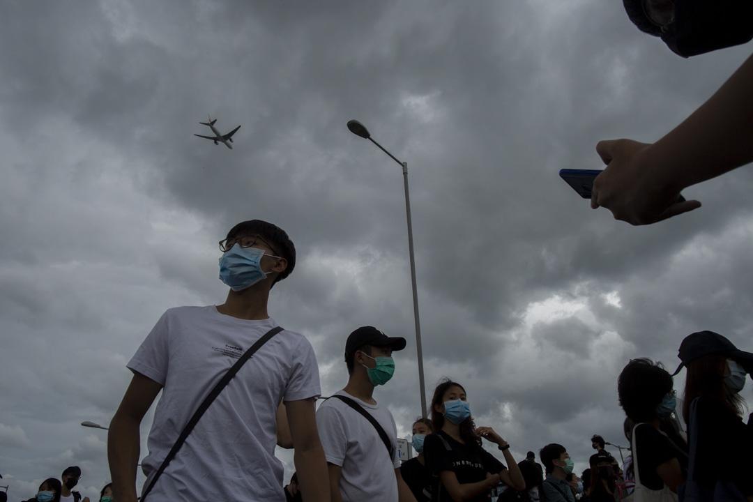 2019年9月1日,大批示威者聚集於機場附近地區,準備走到東涌市中心。 攝:林振東/端傳媒