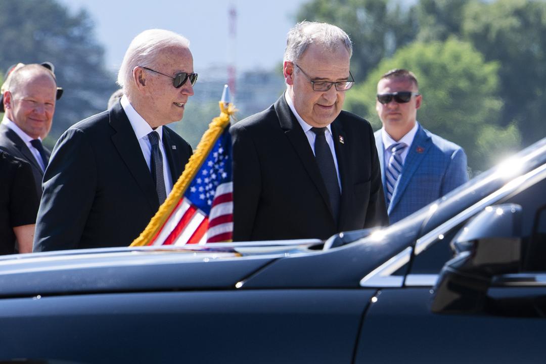 2021年6月15日,美國總統拜登抵達瑞士日內瓦,準備出席翌日在當地舉行的美俄峰會。拜登抵達機場時,獲瑞士聯邦總統帕姆蘭(Guy Parmelin)歡迎。 攝:Martial Trezzini - Pool / Keystone via Getty Images