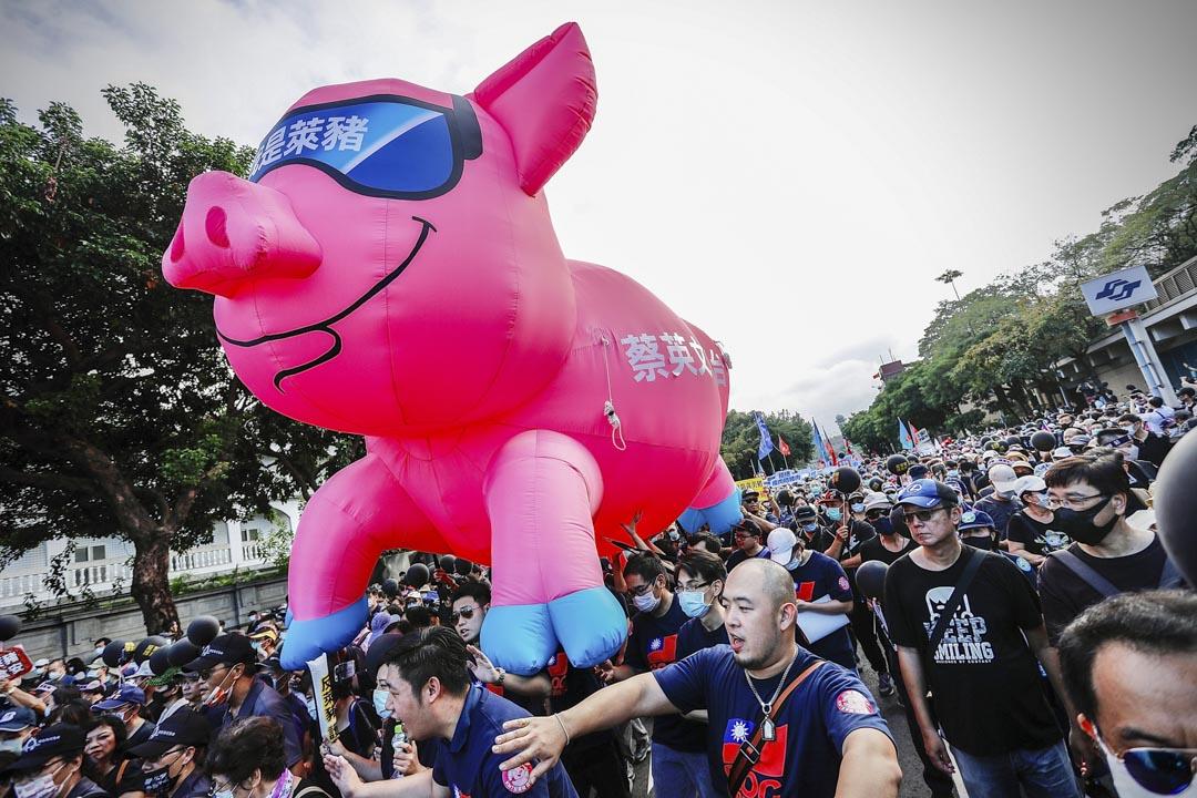 2020年11月22日台北,數十個團體舉行「秋鬥」大遊行,示威者聚集在總統府外遊行至民進黨總部,抗議蔡英文政府放寬從美國進口含瘦肉精豬肉。