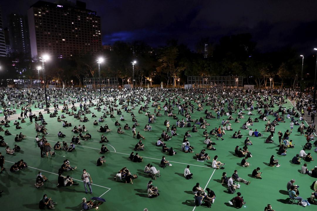 2020年6月4日,逾萬名市民不理會警方反對,如往年一樣手持蠟燭進入維園自發集會。 攝:Tyrone Siu/Reuters/達志影像