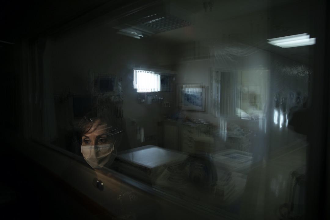 當Cathy Cullen憶起與護士團隊的經歷時,不禁流淚。「在我結婚和生小孩之外,能成為這團隊的一員,經歷這場新冠病毒流行病,是我迄今為止最偉大、最糟糕、最有價值和最痛苦的事情。」
