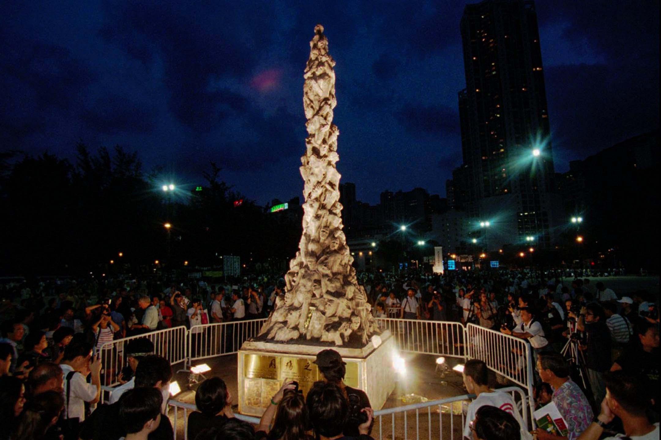1997年6月4日,維園晚會上的「國殤之柱」。譴責六四屠殺的「國殤之柱」在1997年雕成,並在當年六四晚會完結後移送香港大學。其後每年六四洗刷「國殤之柱」成為港大學生會的傳統。