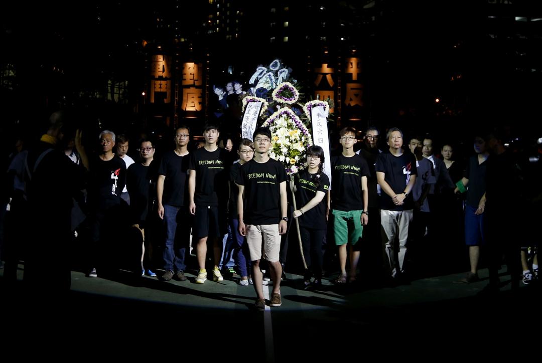 2014年6月4日,六四維園燭光晚會上,學聯常委羅冠聰、學生代表與支聯會常委一同步向台上。